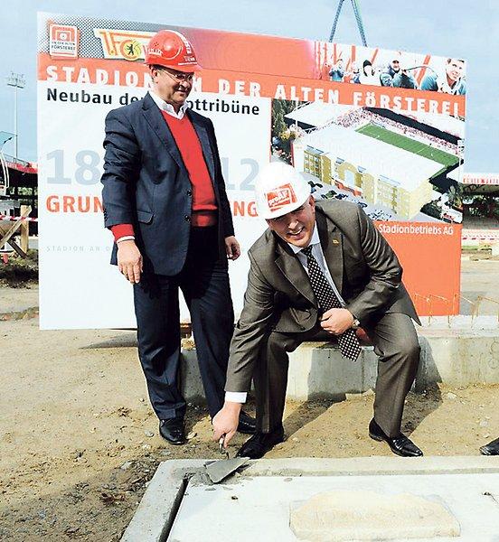 Il presidente Dirk Zingler dà il via ai lavori nel 2012. Foto del Berliner Kurier