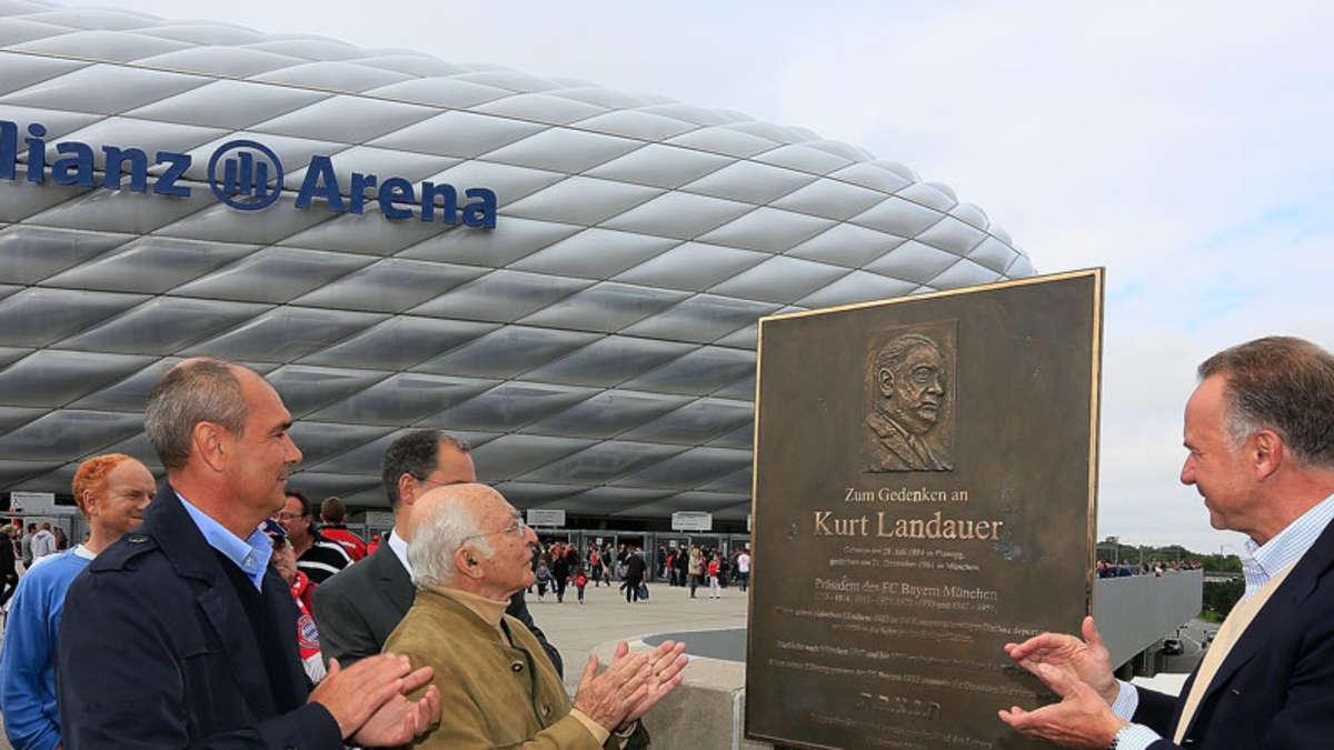 Presentazione della targa commemorativa alla presenza di Franz Beckenbauer, presidente onorario del Bayern