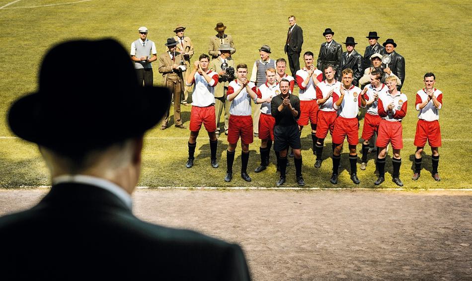 """Il saluto dei giocatori al loro ex-presidente. Scena tratta dal film """"Landauer – Der Präsident"""""""