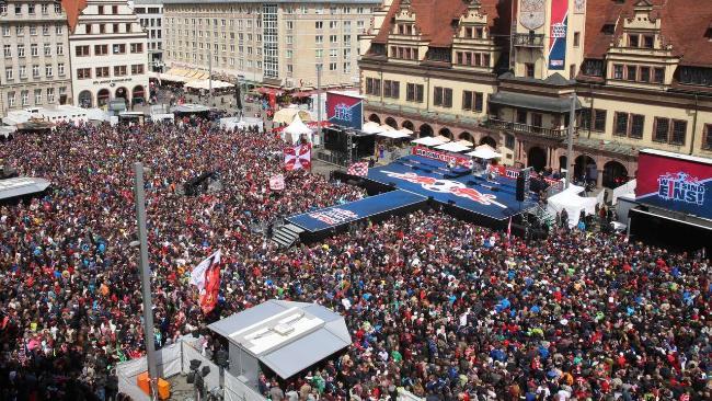 Tantissimi i tifosi riuniti in piazza per festeggiare il RB Lipsia