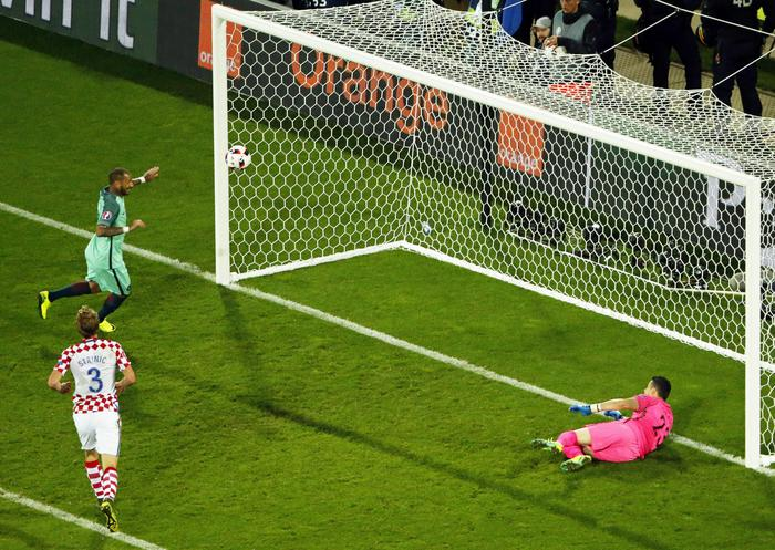 epa05391179 Ricardo Quaresma (back L) of Portugal scores the winning goal against Croatia's goalkeeper Danijel Subasic (R) during the UEFA EURO 2016 round of 16 match between Croatia and Portugal at Stade Bollaert-Delelis in Lens Agglomeration, France, 25 June 2016. Portugal won 1-0 after extra time. (RESTRICTIONS APPLY: For editorial news reporting purposes only. Not used for commercial or marketing purposes without prior written approval of UEFA. Images must appear as still images and must not emulate match action video footage. Photographs published in online publications (whether via the Internet or otherwise) shall have an interval of at least 20 seconds between the posting.)  EPA/SHAWN THEW   EDITORIAL USE ONLY