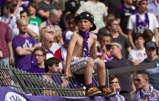 Nella curva dei tifosi viola